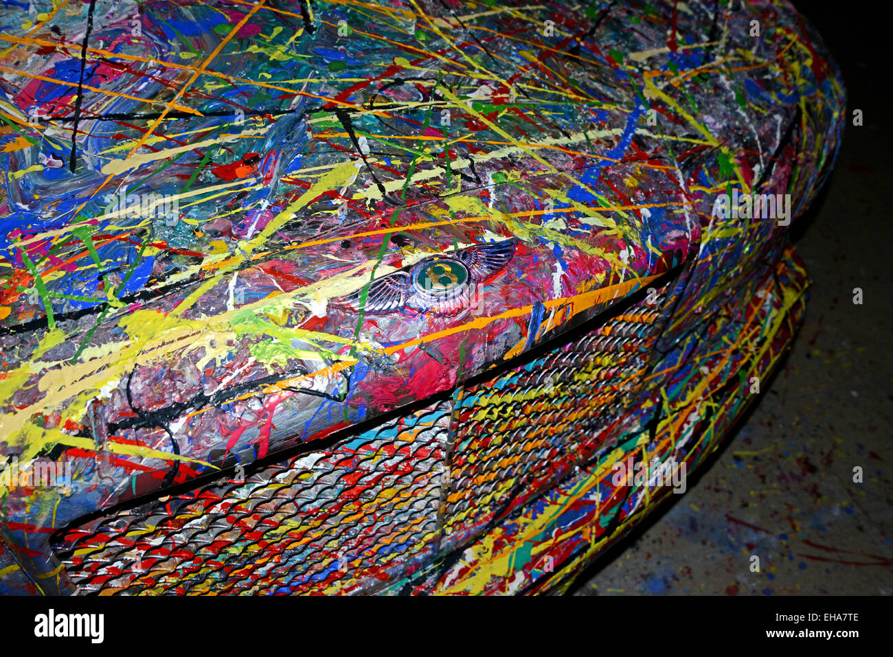 """Ein """"Kunstwerk"""" erstellt von einer teuren Bentley Auto sich am Eingang zu einem Einkaufszentrum in der Stockbild"""