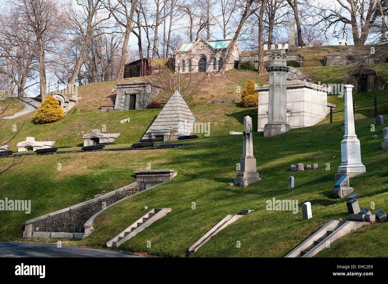 Eine Vielzahl von Familie Mausoleen auf dem Green-Wood Cemetery in Brooklyn, New York Stockbild
