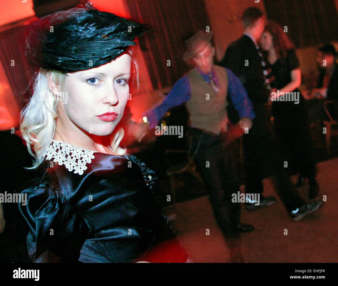 Mädchen in der 40er Jahre Kleid 30s 40s 50s nachts das Bethnal Green arbeiten Mans Club Stockbild