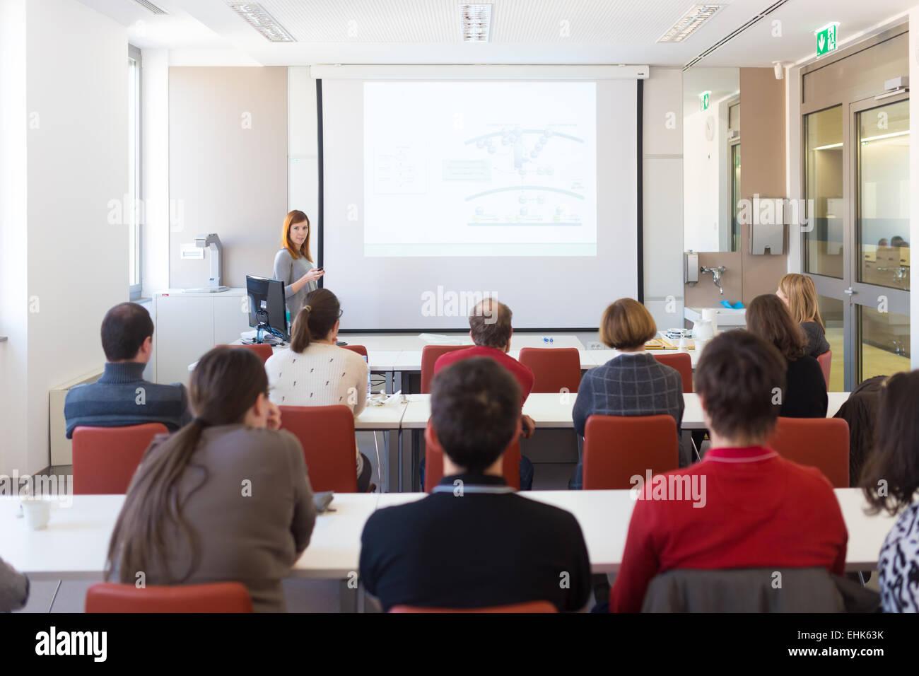 Vortrag an der Universität. Stockbild