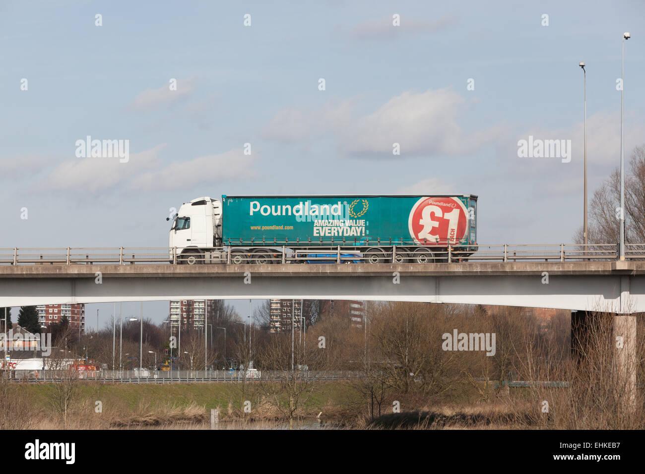 Ein Poundland LKW Reisen durch die Midlands in England. Stockbild