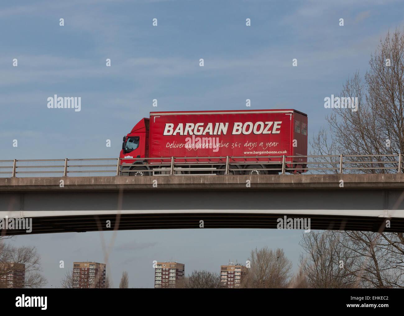Ein Schnäppchen Alkohol LKW Reisen durch die Midlands in England. Stockbild