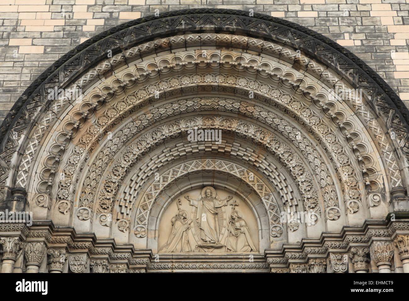 Jesus Christus segnet, St. Cyril und Methodius. Romanische Portal der St. Cyril und Methodius Kirche in Prag, Tschechien. Stockbild