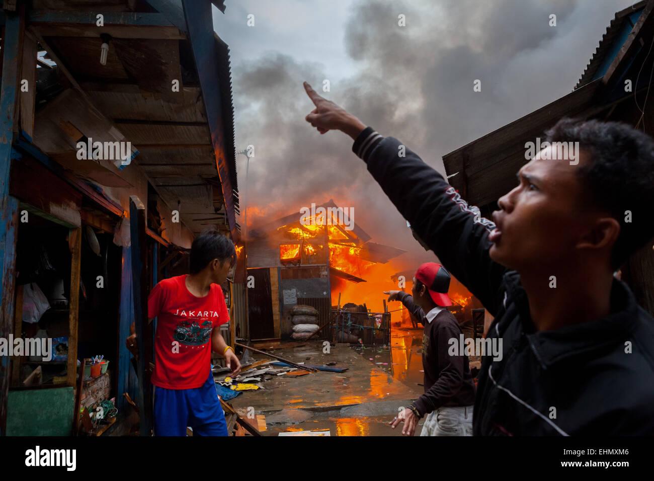 Menschen vor Ort zu koordinieren um einen Feuerunfall in der dichten Jakarta Nachbarschaft zu bekämpfen. © Stockbild