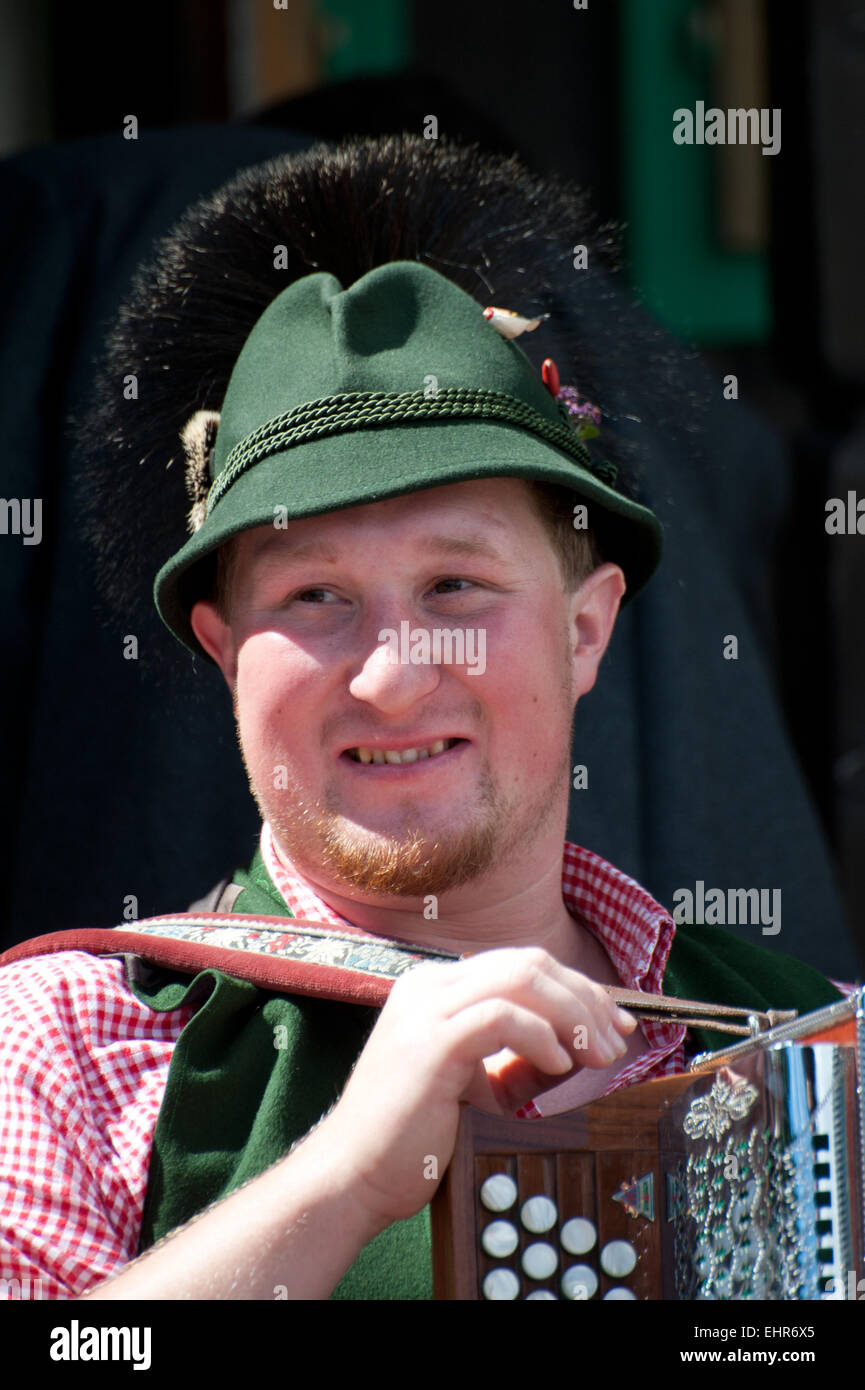 Mann Mit Harmonika bin Pfeifertag, Altausseee, Blaa-Alm, Salzkammergut, Steiermark, Österreich Stockbild