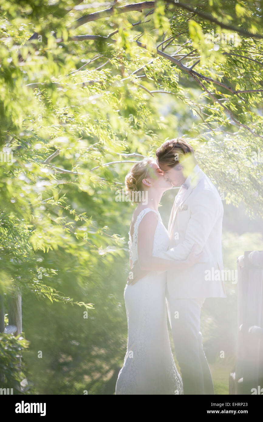 Junges Paar küssen im Hausgarten Stockbild