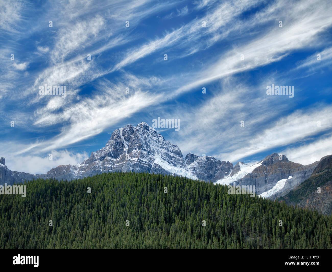 Wasserfall-Seen und Haus Peake mit Schnee und Wolken. . Banff Nationalpark. Alberta, Kanada Stockbild