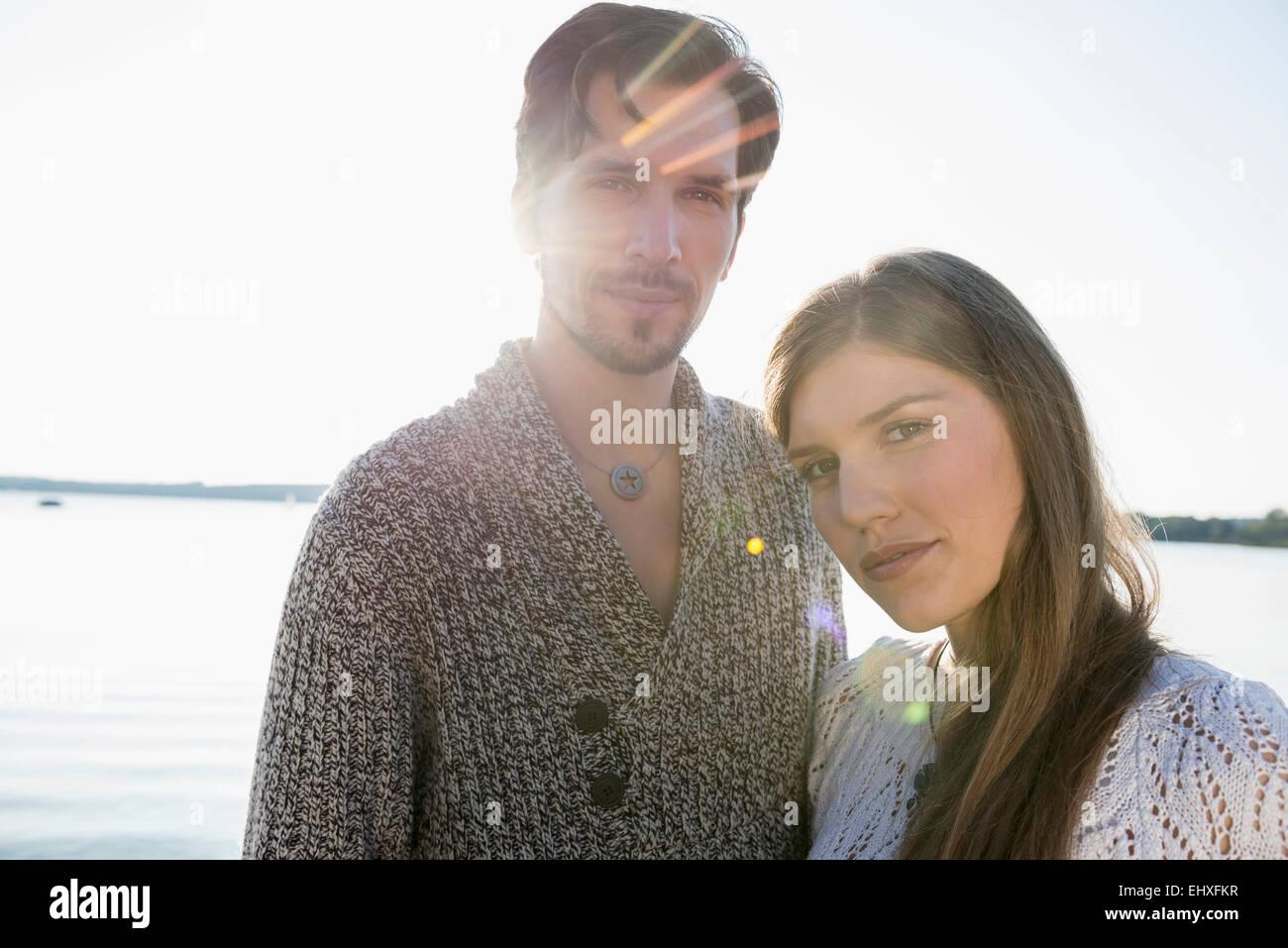 Porträt-junges Paar romantischen Sonnenuntergang See Stockbild