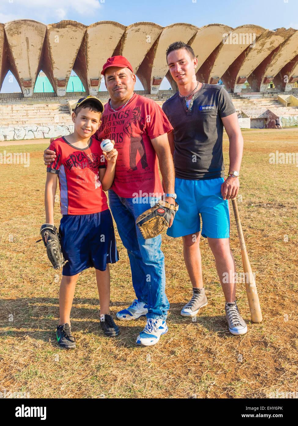 Stellen Sie zwei Generationen der Kubaner, Vater Söhne zusammen während der Pause vom spielen Baseball Stockbild