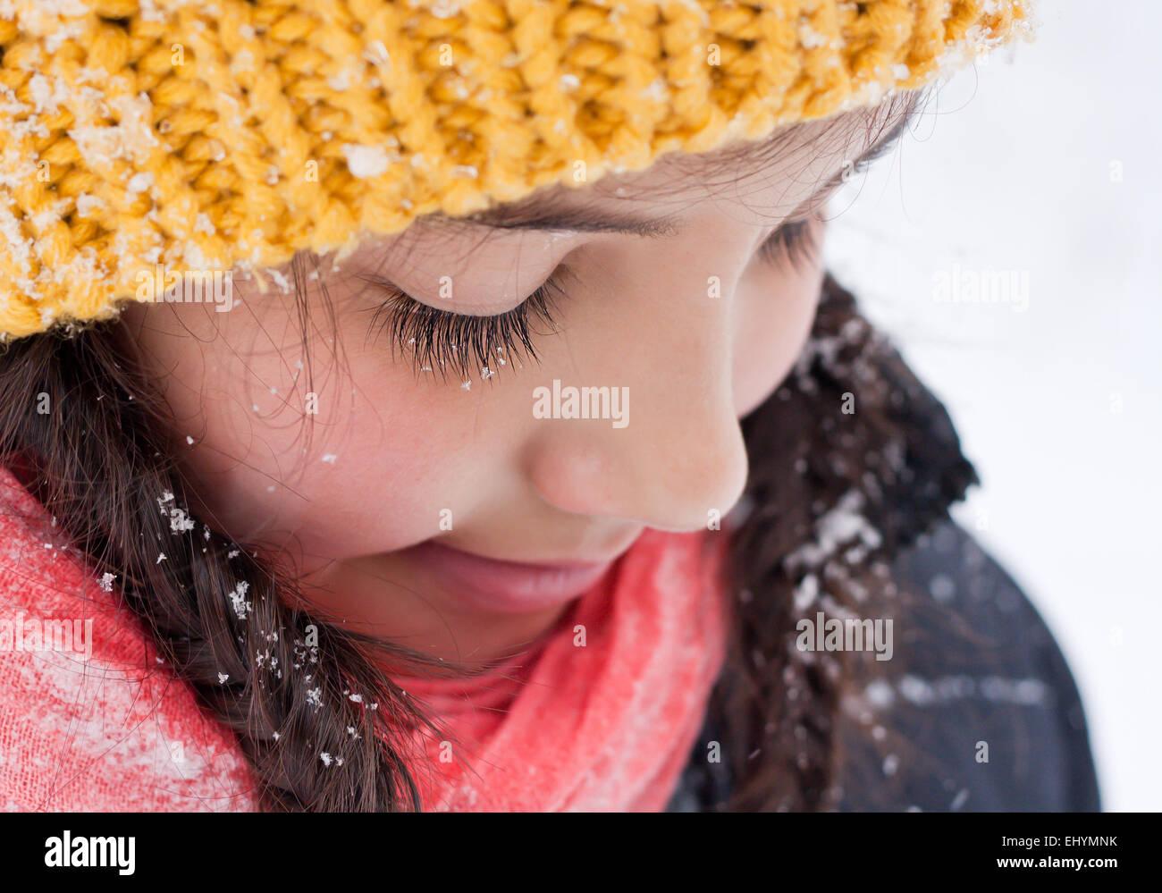 Porträt von Mädchen auf der Suche nach unten Nahaufnahme Stockbild