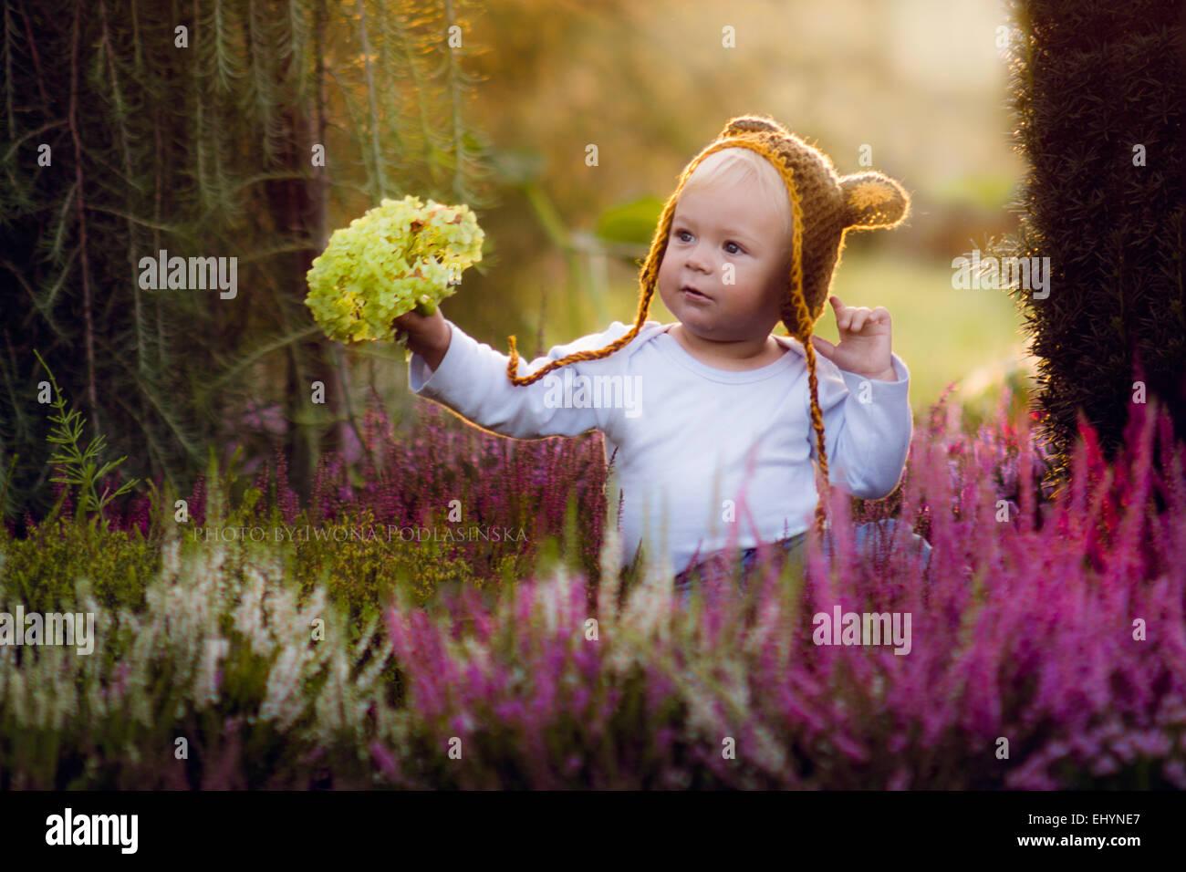 Boy Holding Blumen Stockbild