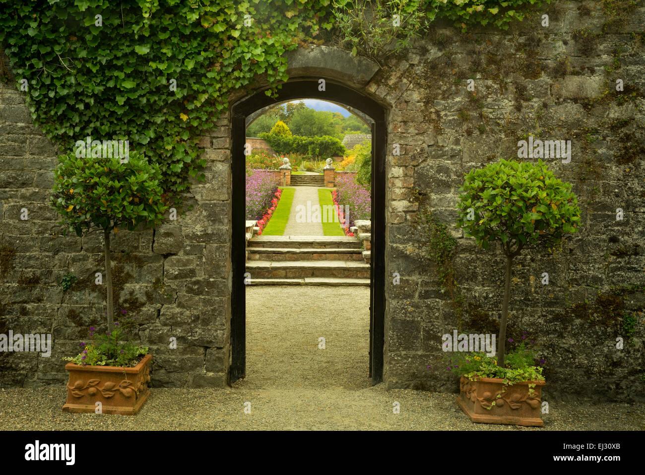 Eintritt in die Gärten von Dromoland Castle. Irland Stockbild