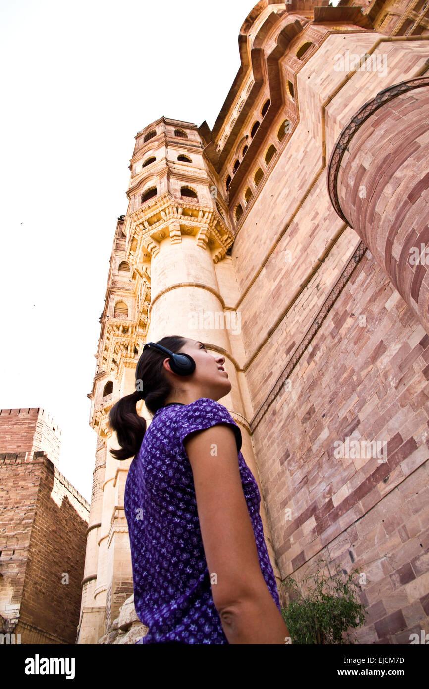 Junge Frau mit Audioguide in Jodhpur Stockbild