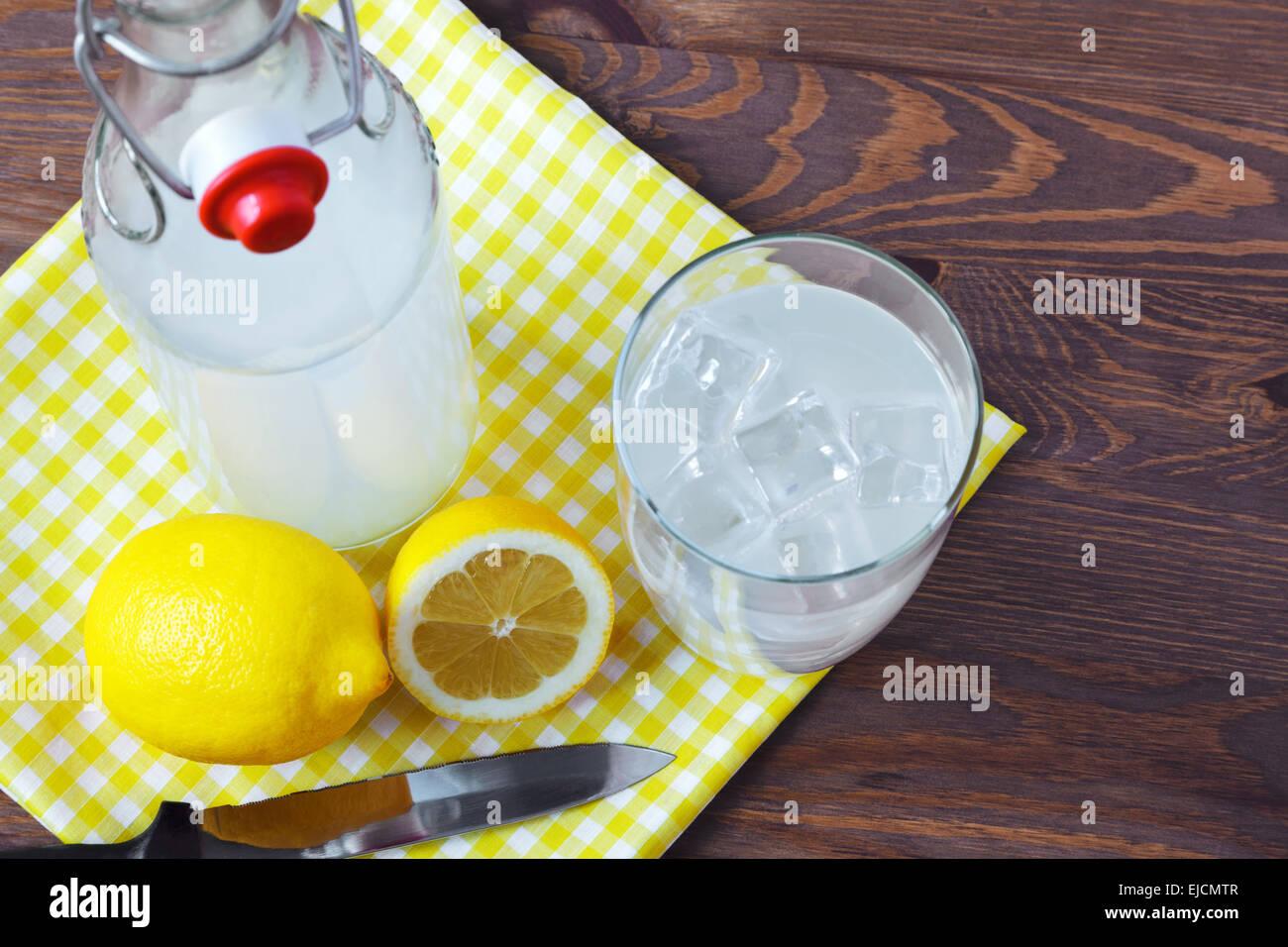 Still-Leben Foto von altmodisch oder traditionelle hausgemachte saure Limonade aus einem alten Stil-Glasflasche. Stockbild