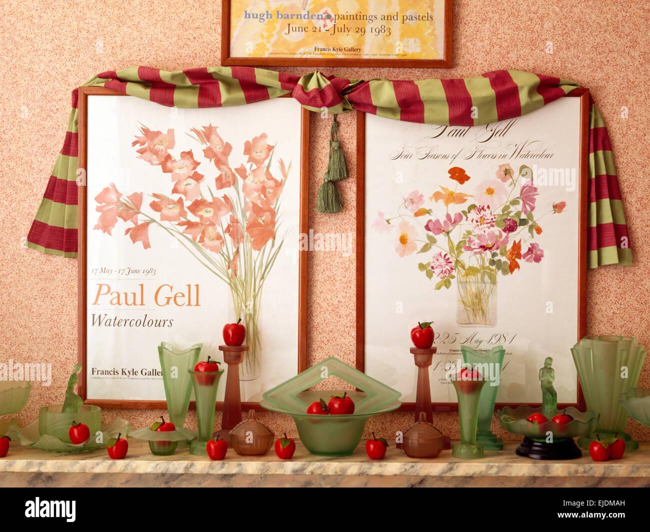 Drapierten Stoff und zwei Blumen Poster über Regal mit Sammlung von Vintage Glaswaren Stockbild