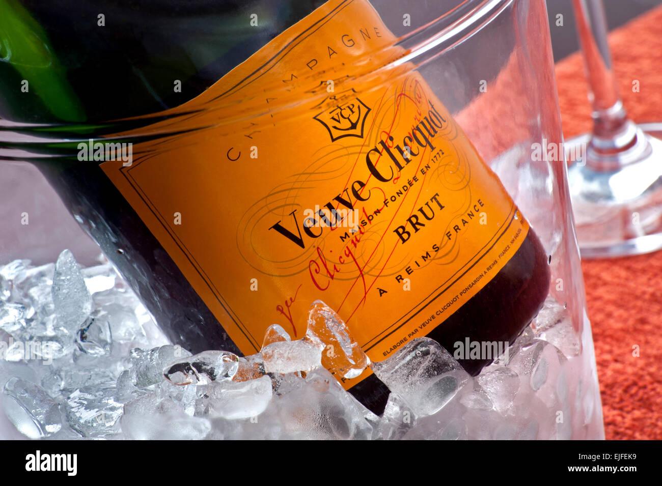 Schließen Sie die Ansicht auf Veuve Clicquot feine Flasche Champagner auf Eis im Weinkühler Stockbild
