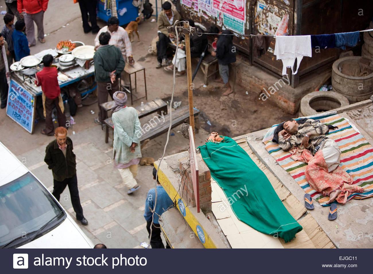 Täglichen Lebens vor dem Bahnhof, Gurgaon. Stockbild