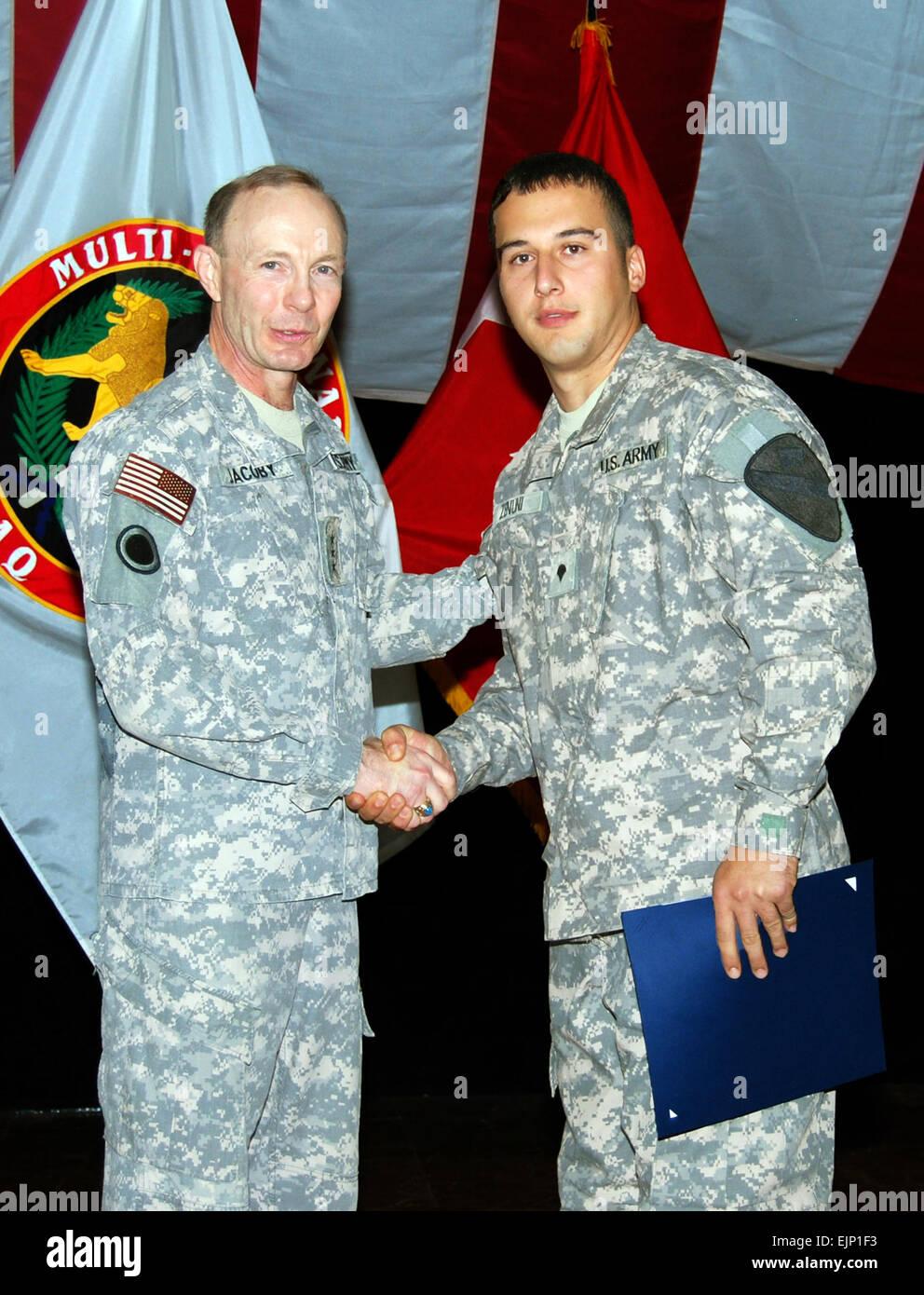 Generalleutnant Charles H. Jacoby Jr., linken kommandierenden General der Multi-National Corps-Iraq, schüttelt Stockbild