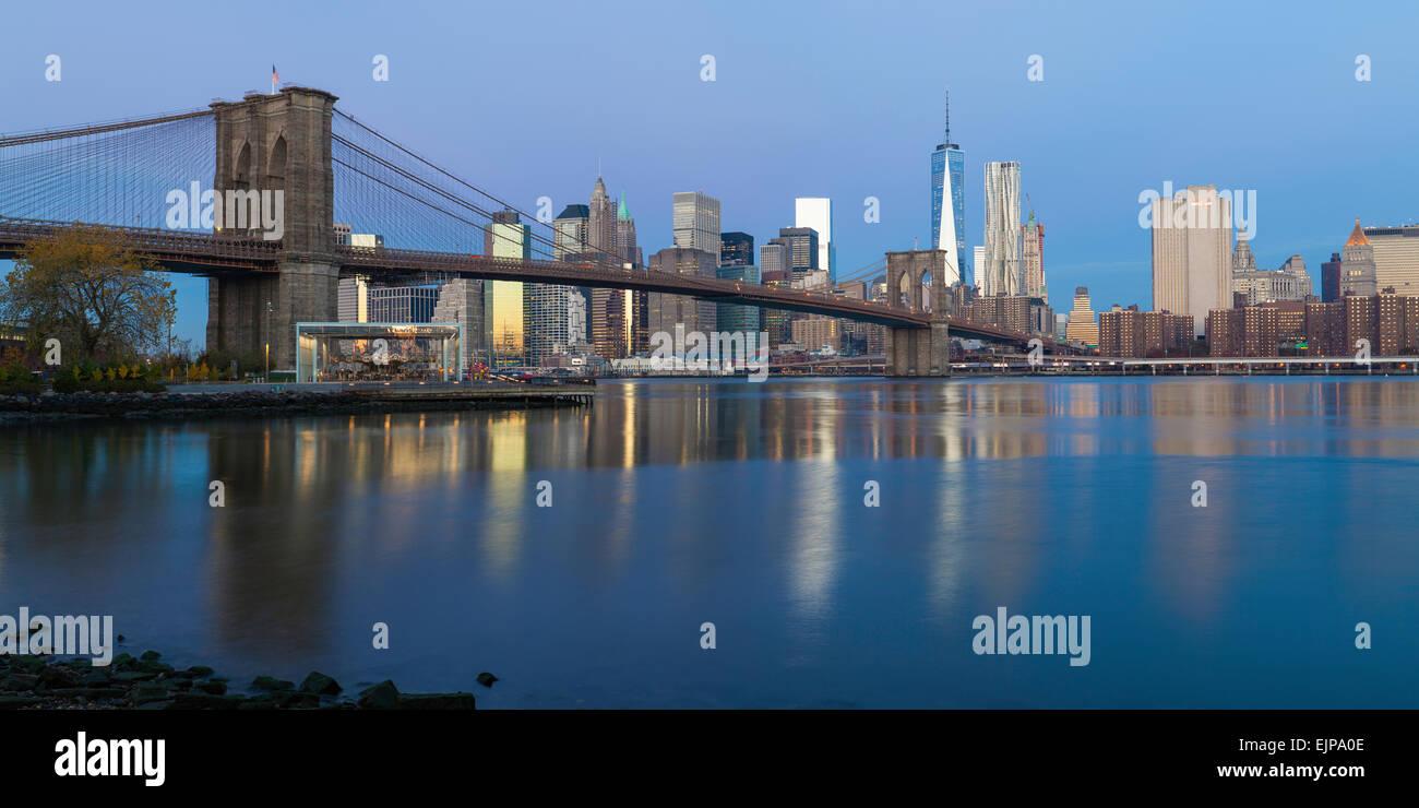 USA, New York City Downtown Financial District von Manhattan, One World Trade Center und die Brooklyn Bridge Stockbild