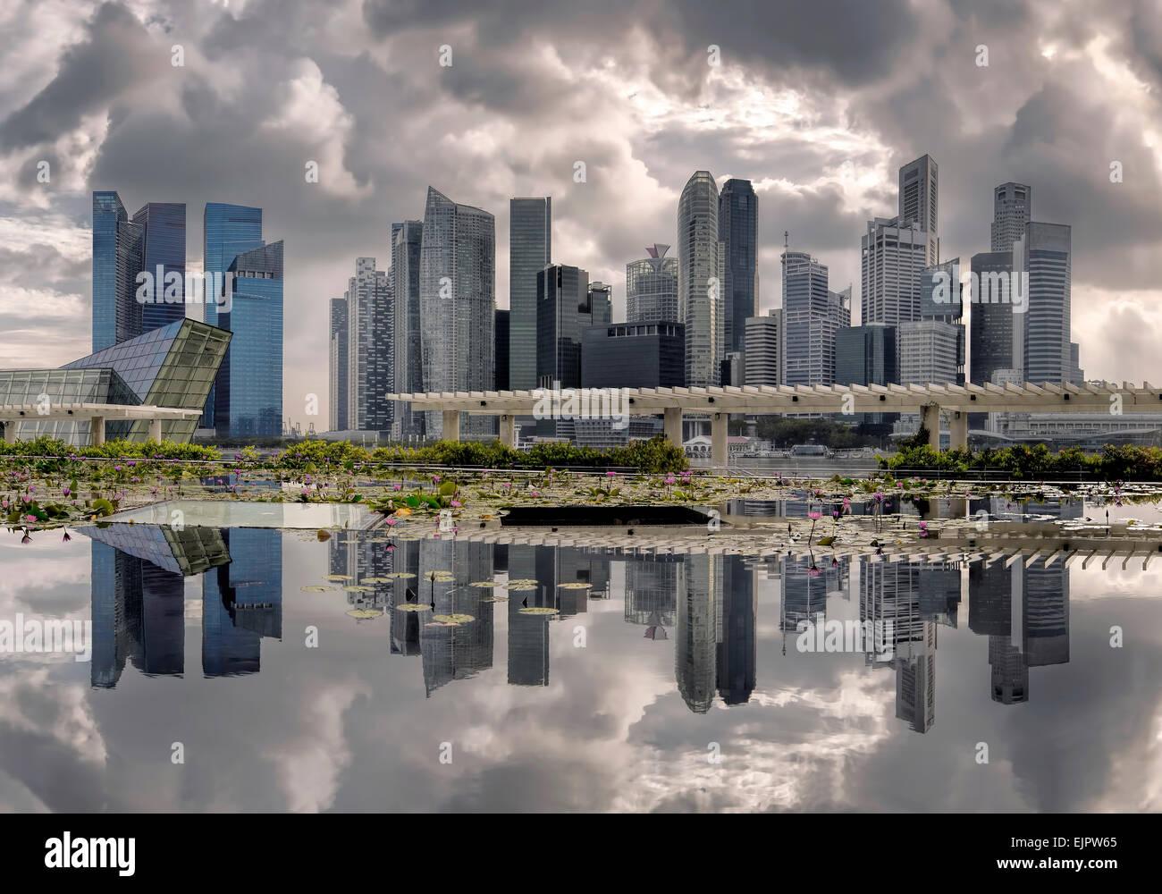 Reflexionen und Wolken an der Marina Bay, Singapur Stockbild