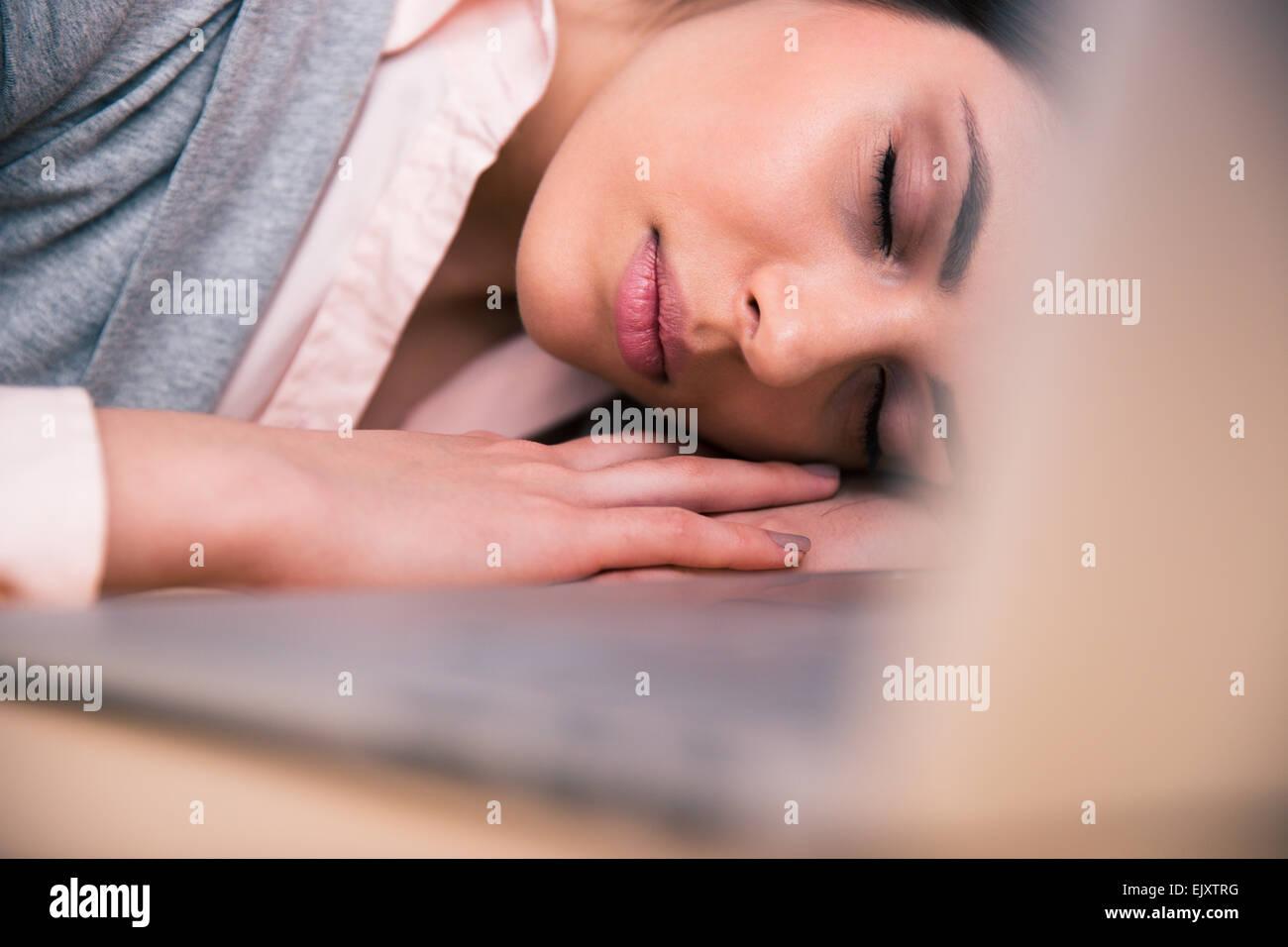 Schöne Geschäftsfrau, schlafen auf dem Tisch im Büro Stockbild