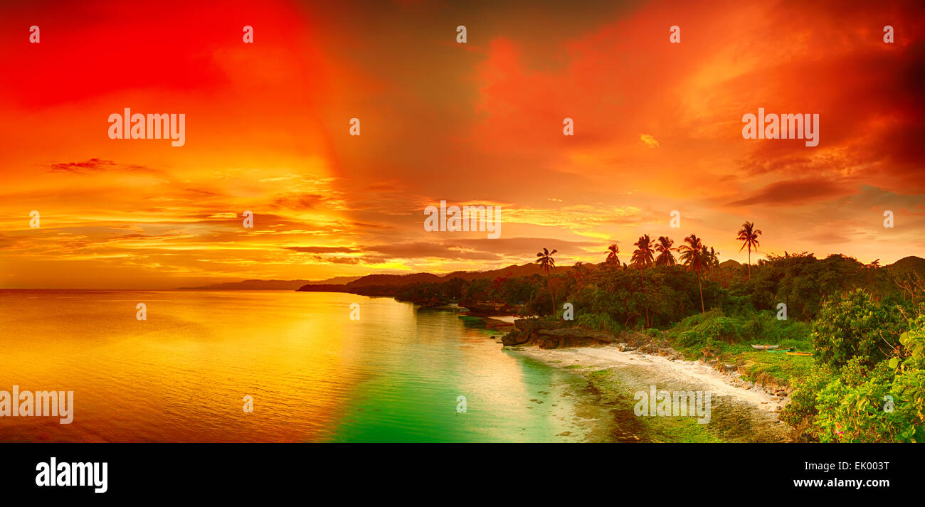 Schöne Seelandschaft Panorama. Küste bei Sonnenuntergang. Philippinen Stockbild