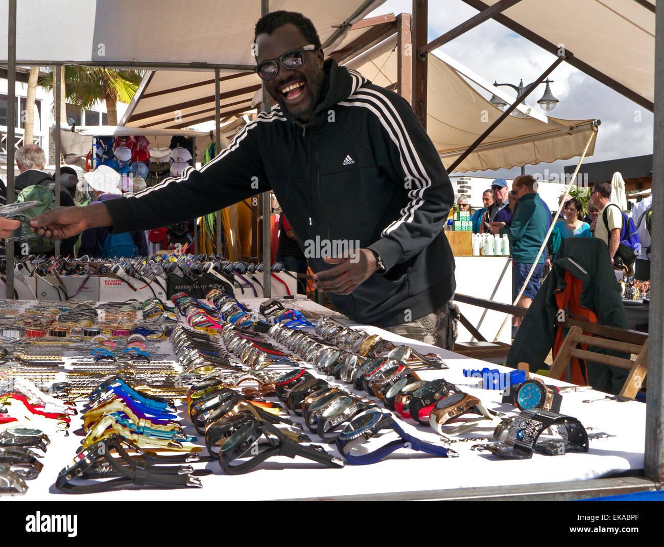 Glücklich nordafrikanischen Gentleman preiswerte gefälschte Uhren an Touristen mit Luxus-Namen wie Rolex Stockbild