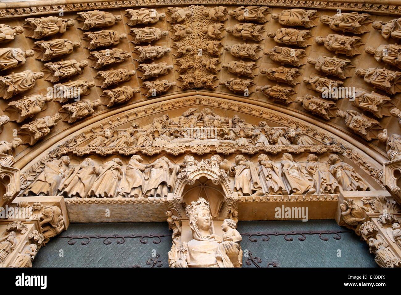 Portal der Heiligen Jungfrau aus dem 13. Jahrhundert, die Kathedrale von Metz, Metz, Lothringen, Frankreich, Europa Stockbild