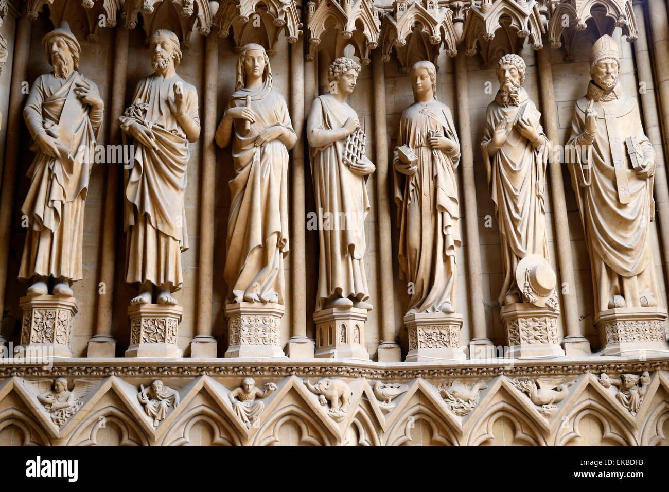 Portal der Jungfrau zeigen die Heiligen von links bis rechts, Kathedrale von Metz, Metz, Lothringen, Frankreich Stockbild