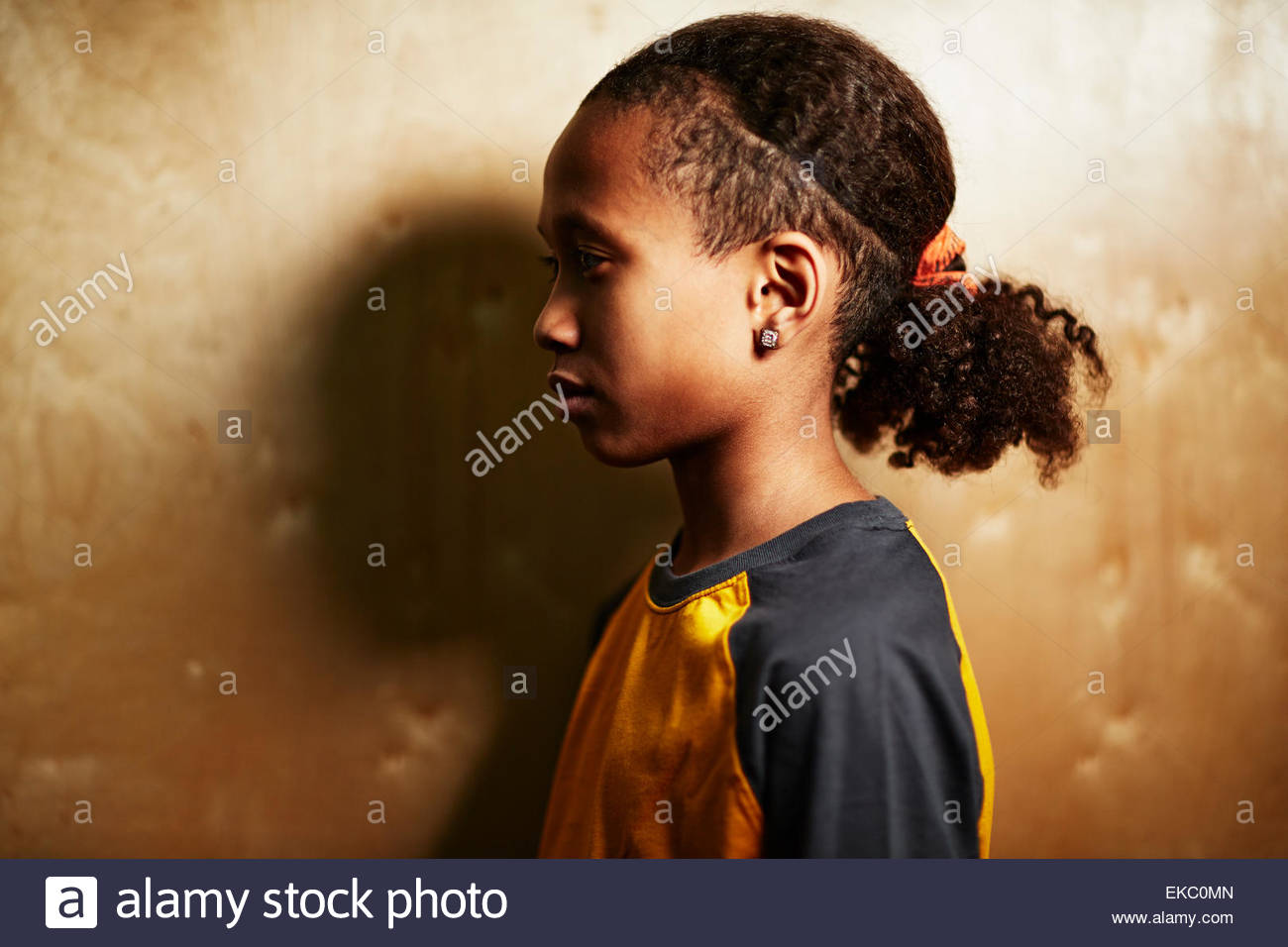 Junge mit Pferdeschwanz, Seitenansicht Stockbild