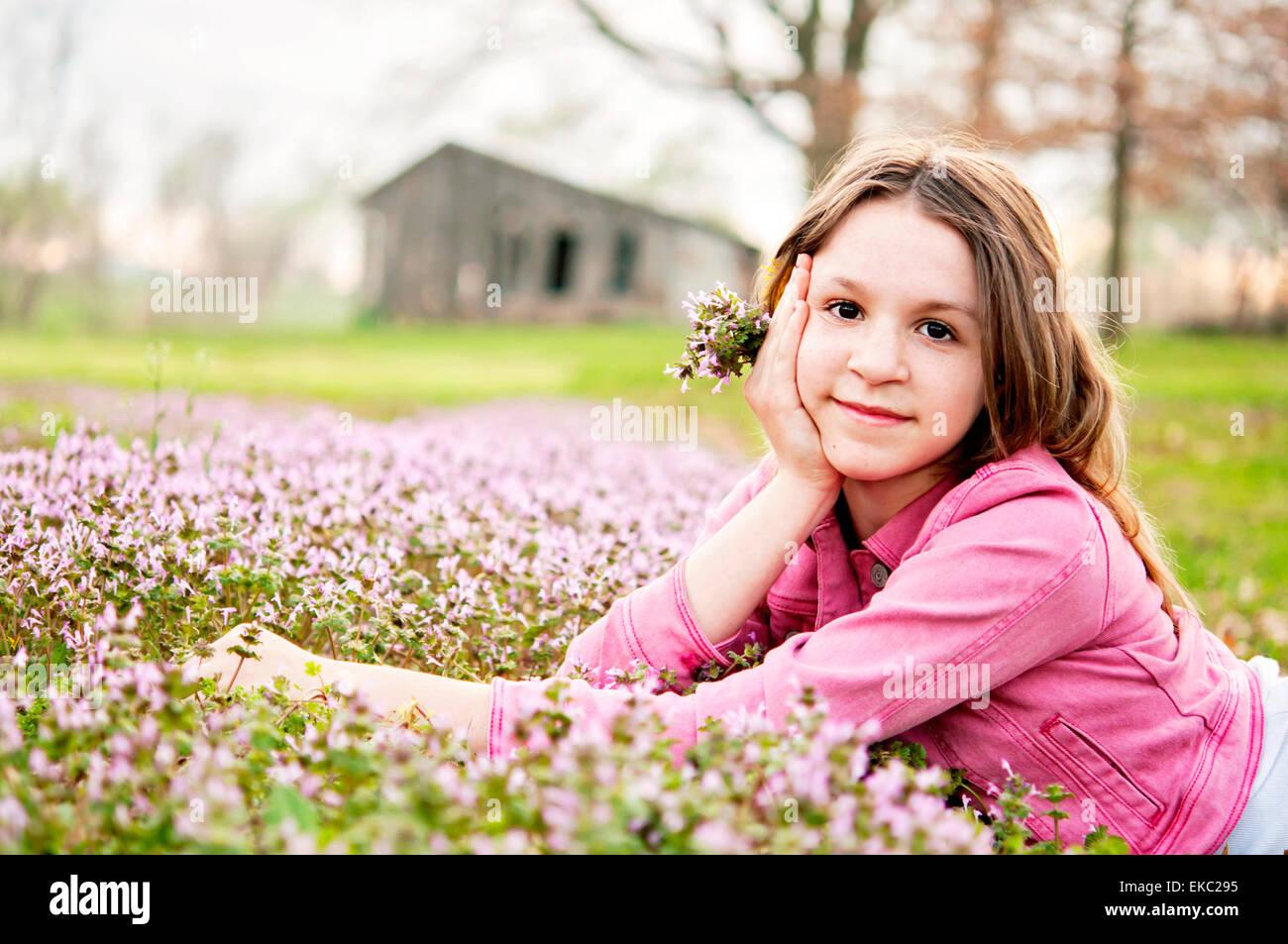 Mädchen Porträt Frühlingsblumen Stockbild