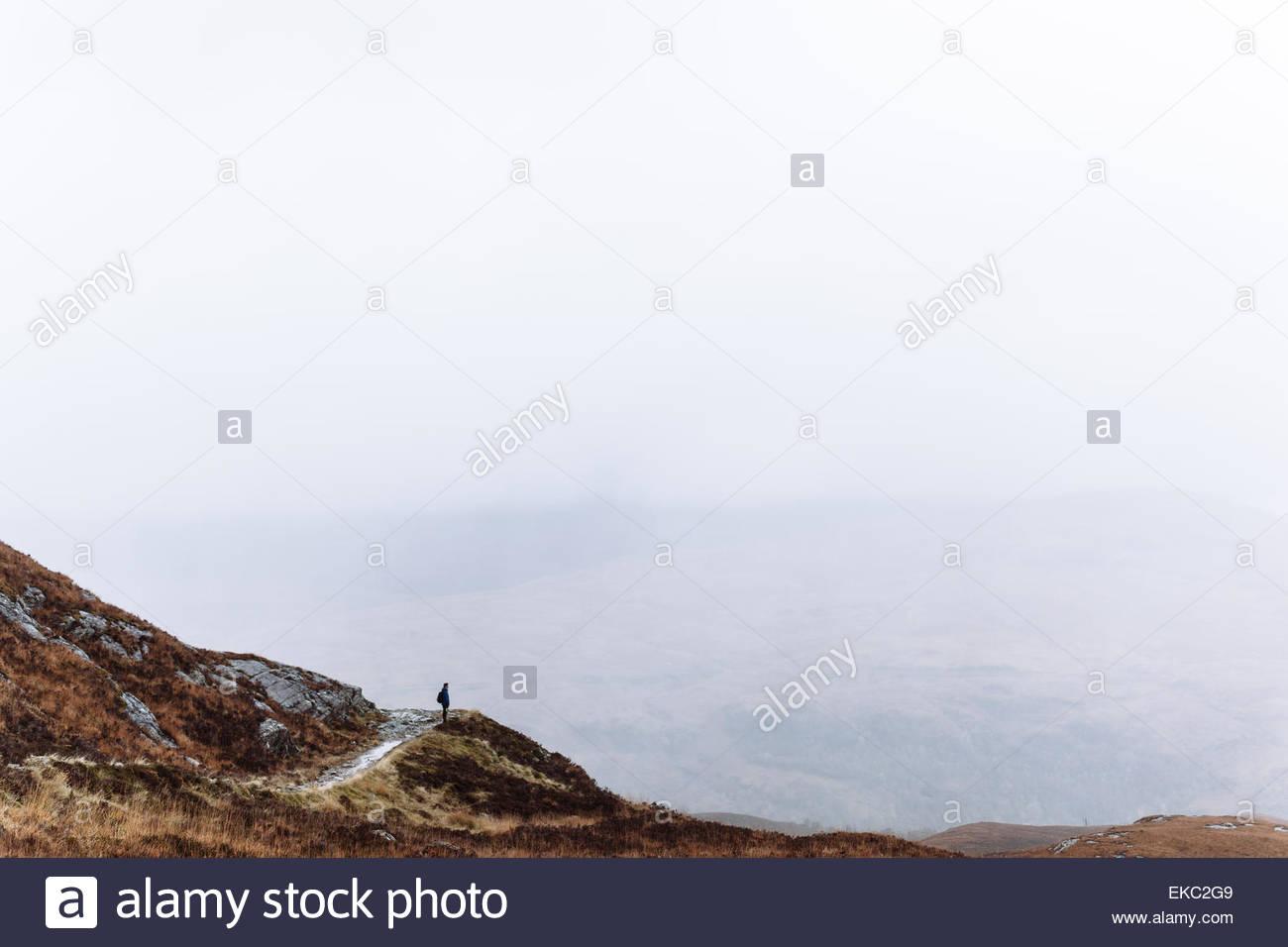 Person in Landschaft, Glencoe, Schottisches Hochland, Schottland Stockbild