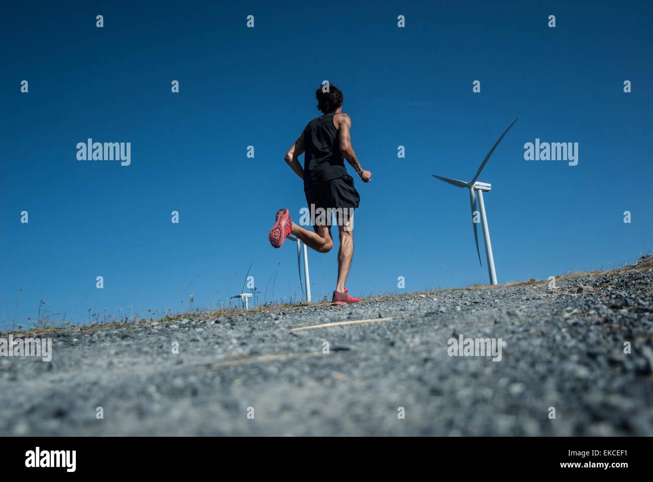 Mitte erwachsener Mann Joggen auf einem Hügel der WEA Stockbild