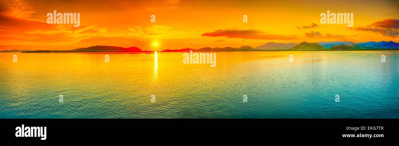Sonnenaufgang über dem Meer. Panorama Stockbild