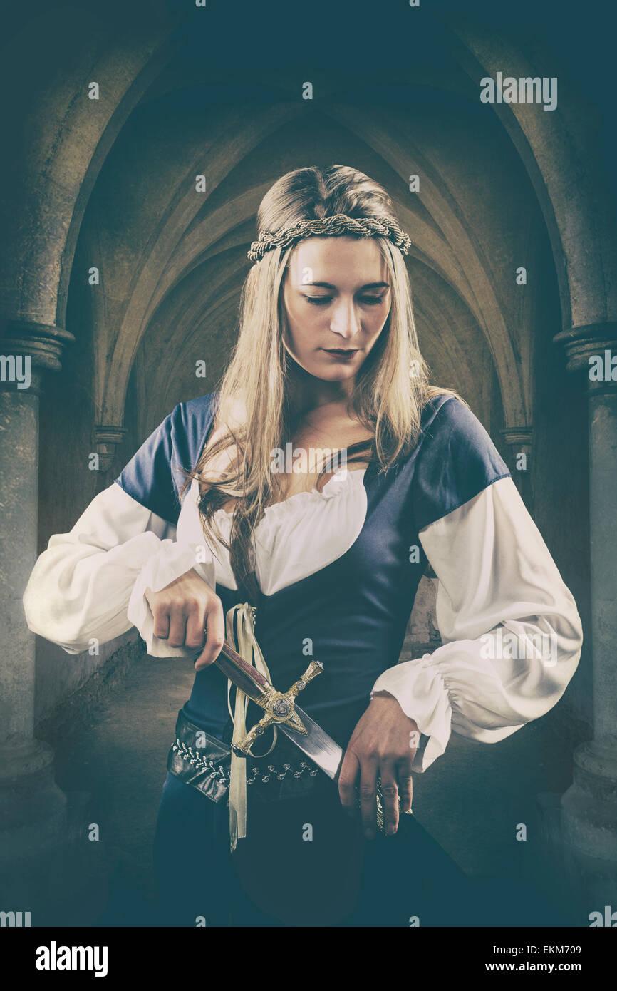 Mittelalterliche Frau, die einen Dolch hält Stockfoto