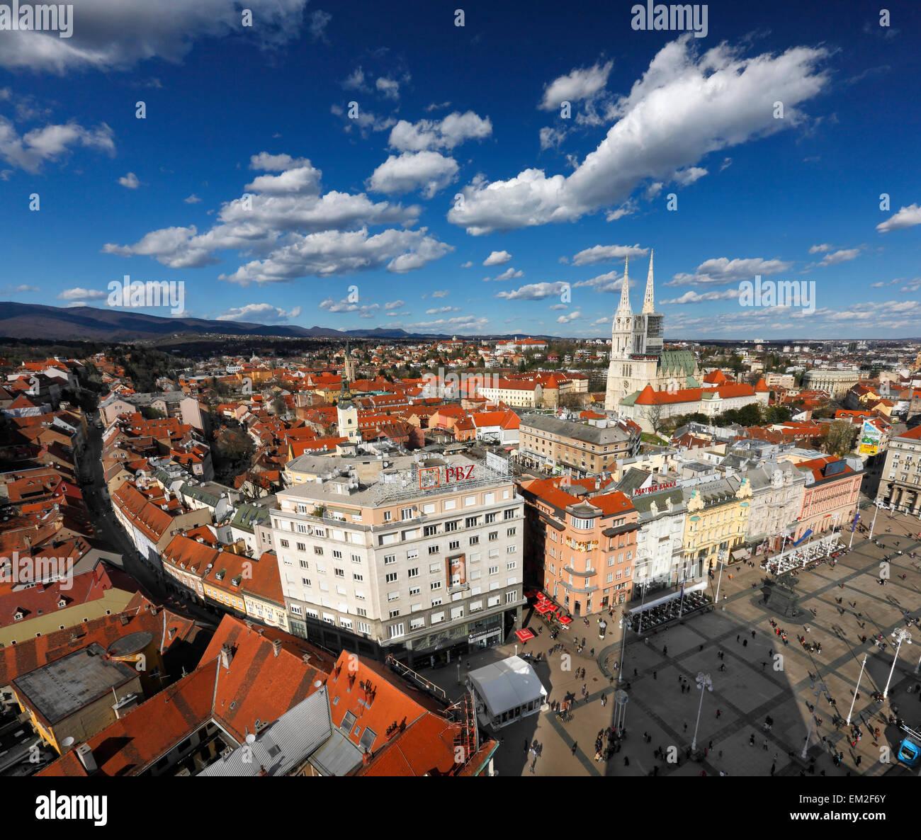 Luftaufnahme von Zagreb. Jelacic Platz und Kathedrale von Zagreb. Stockbild