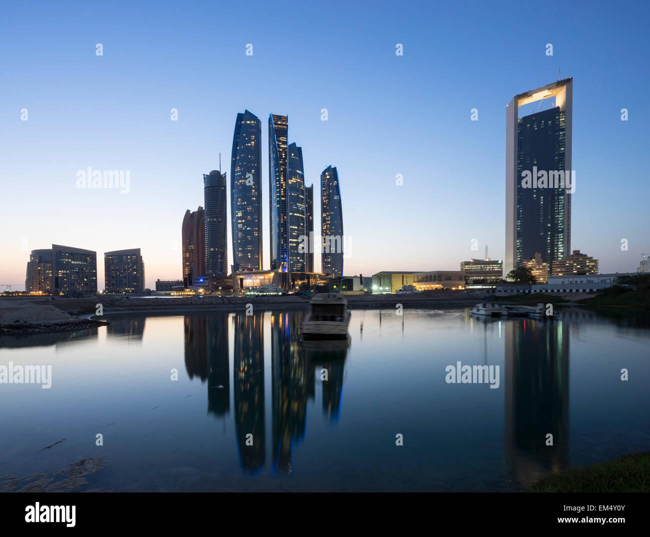 Nacht-Skyline-Blick von Etihad Towers in Abu Dhabi, Vereinigte Arabische Emirate Stockbild