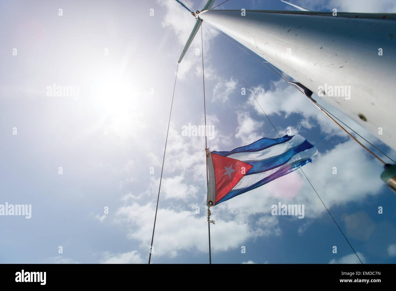 Kubanische Flagge über dem Himmel Stockbild