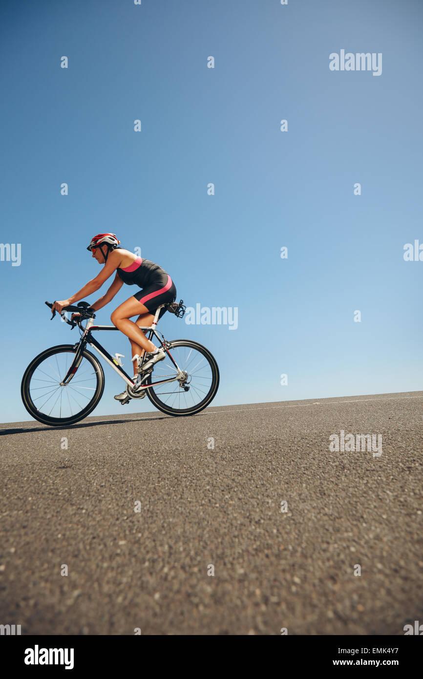 Bild des weiblichen Radfahrer fahren Fahrrad bergab. Sportler, training für Radsport-Event von einem Triathlon Stockbild