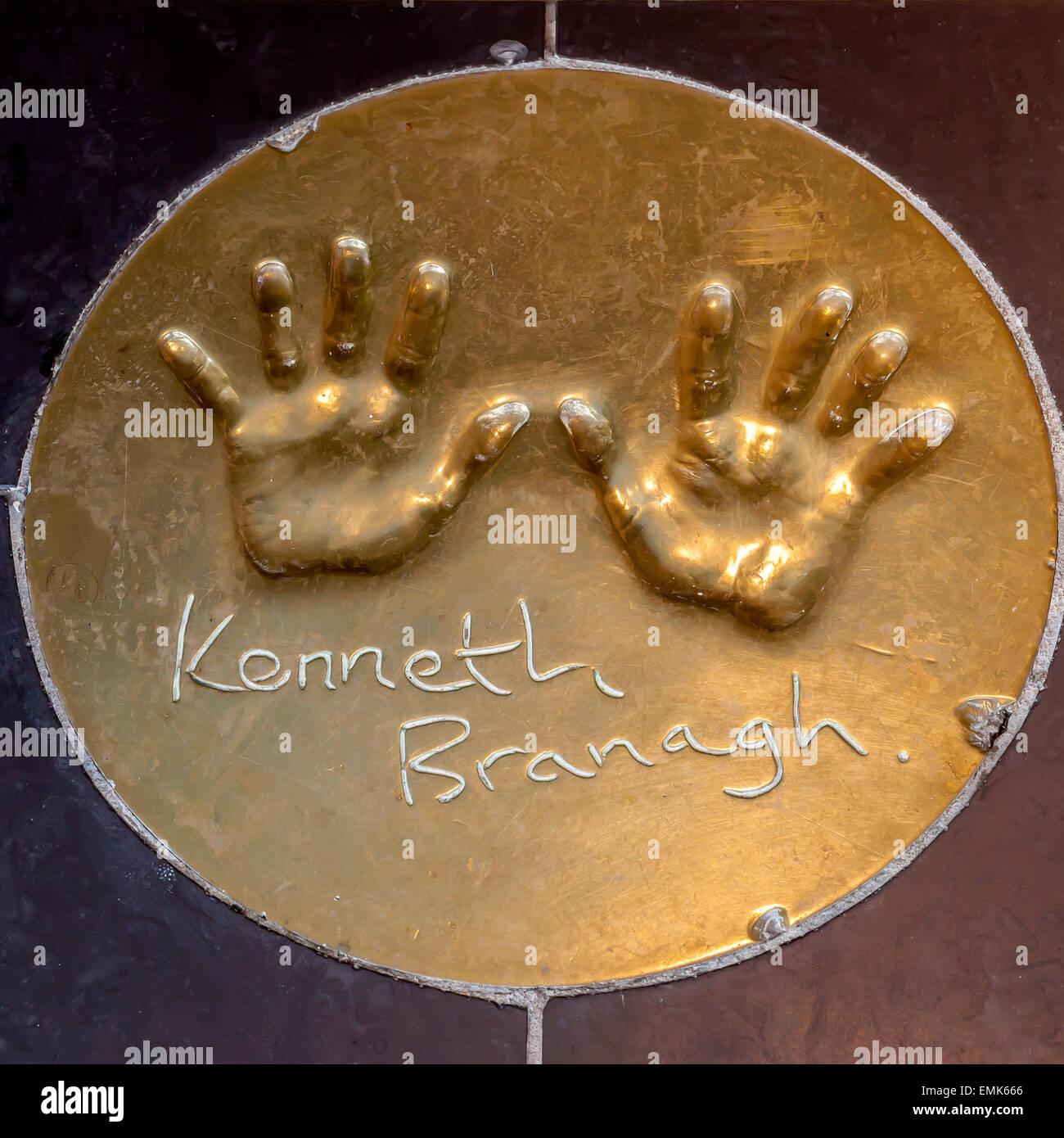 Handabdrücke der britische Schauspieler Kenneth Branagh auf dem Boden vor einem Londoner Kino, London, England, Stockbild