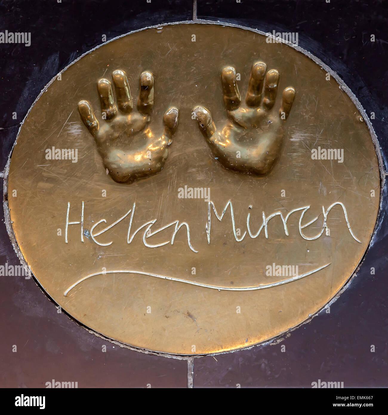 Handabdrücke der britischen Schauspielerin Helen Mirren auf dem Boden vor einem Londoner Kino, London, England, Stockbild