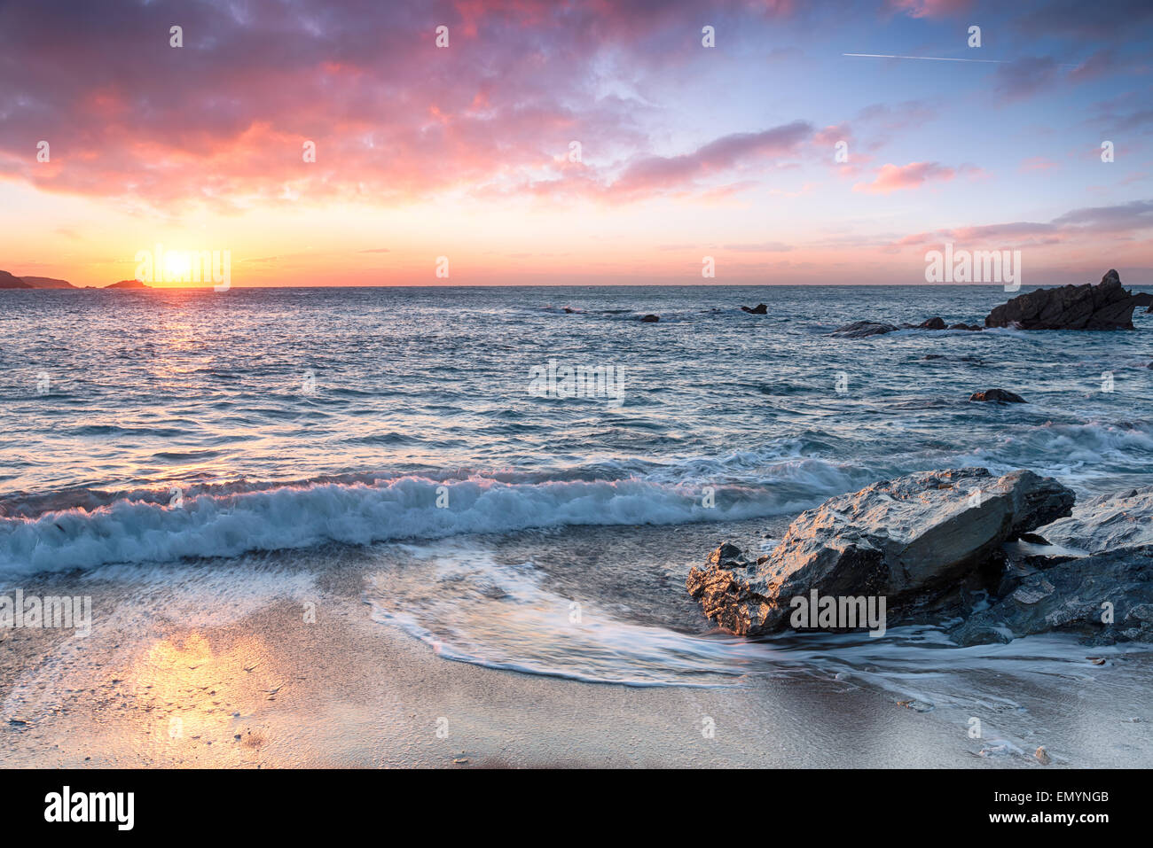Schöner Strand bei Sonnenuntergang Stockbild