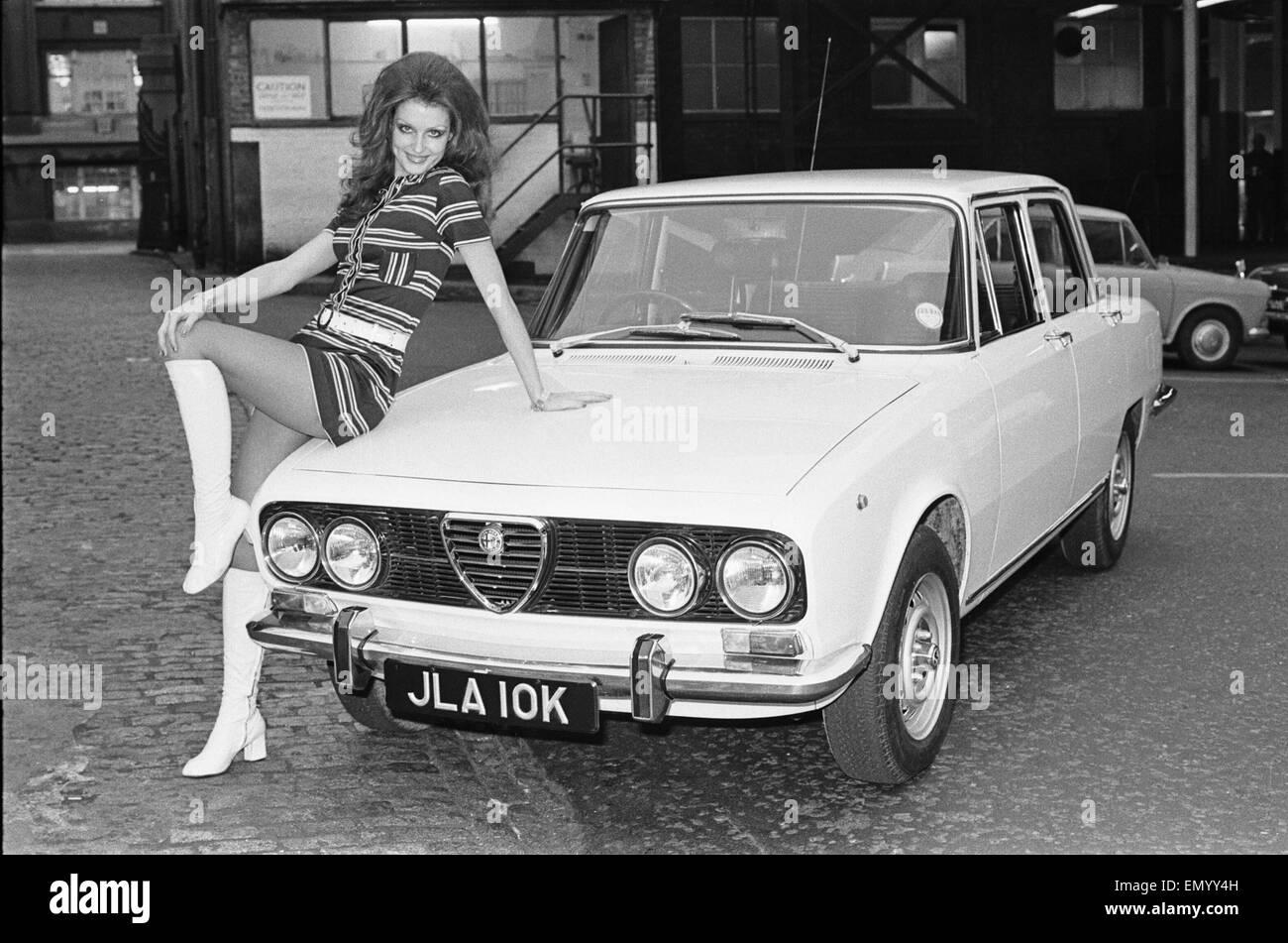 Tagwache Model gesehen hier posiert mit dem Alfa Romero Hauptpreis in der Reveille-Sieg ist einen Auto-Wettbewerb Stockbild