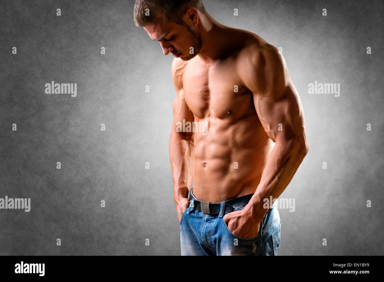 Nachdenklicher Mann mit gut trainierter Körper, Bizeps