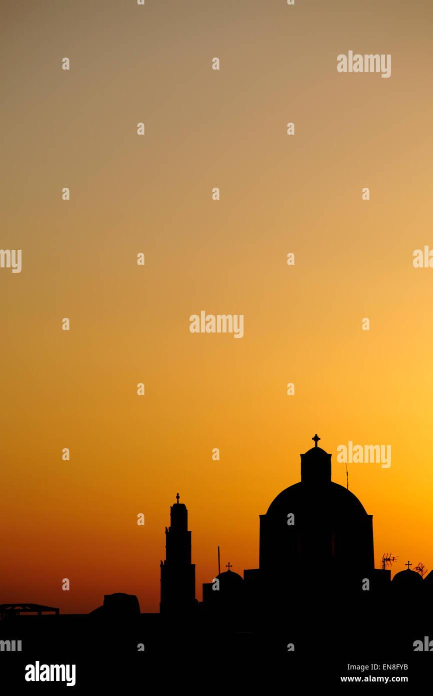 Silhouette der orthodoxen Kirche in Santorini, Griechenland Stockbild