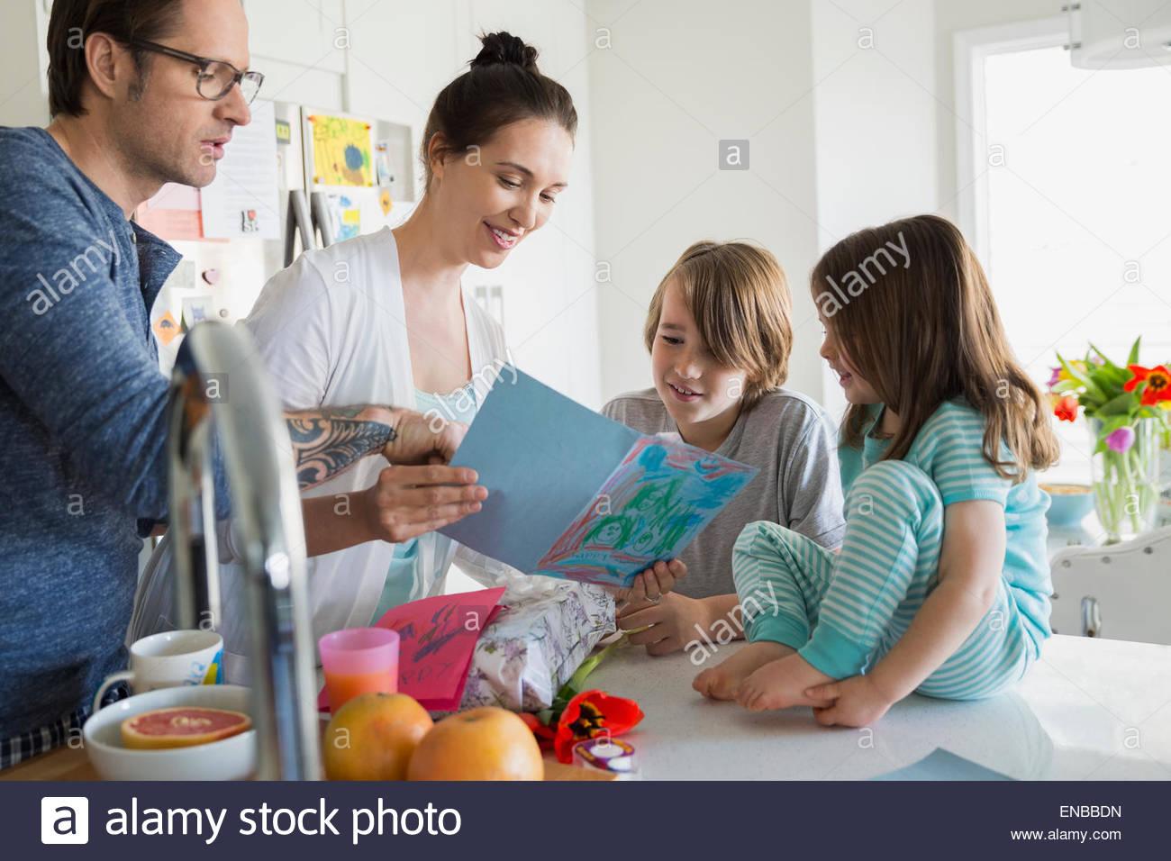 Familie beobachten Mutter lesen Sie hausgemachte Muttertag Karte Stockbild
