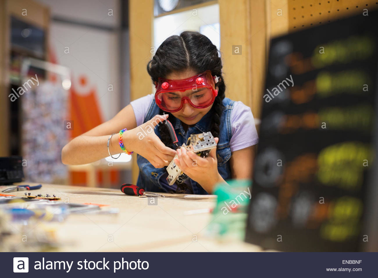 Mädchen tragen Brillen Montage Elektronik im Science center Stockbild