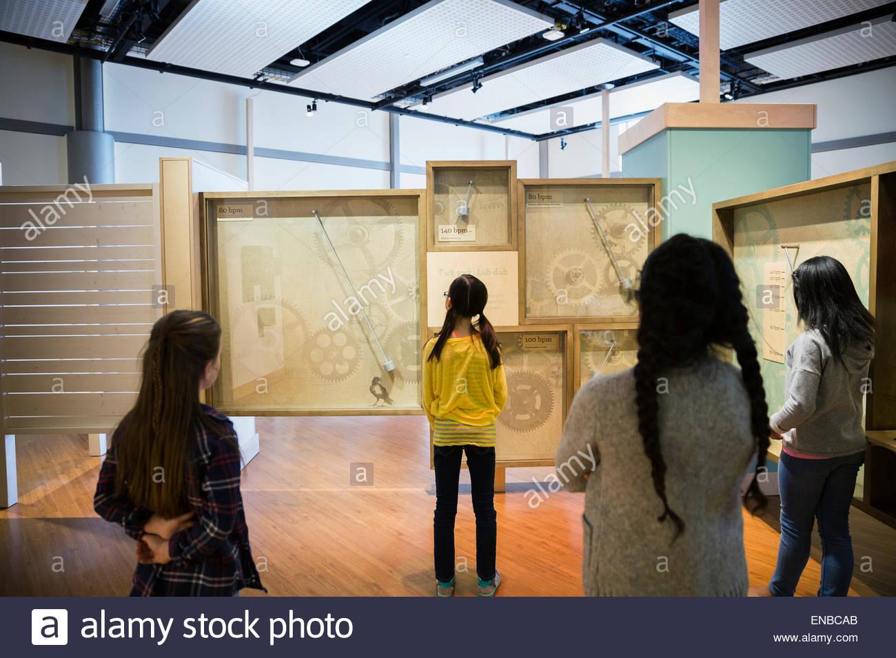 Schüler untersuchen Uhr Ausstellung im Wissenschaftszentrum Stockbild