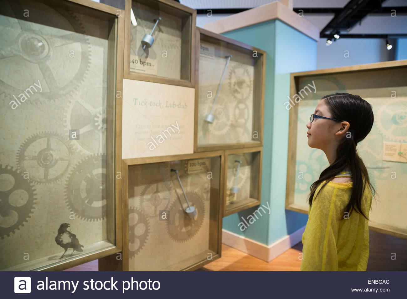 Neugierige Mädchen Uhr Ausstellung im Science Center anzeigen Stockbild