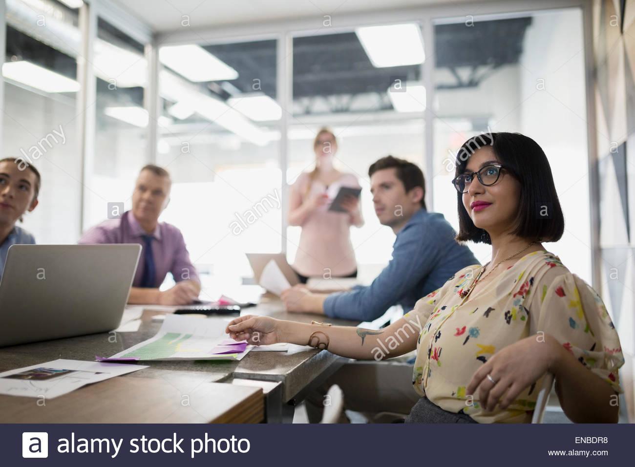 Lächelnde Geschäftsfrau im Tagungsraum Konferenz Stockbild